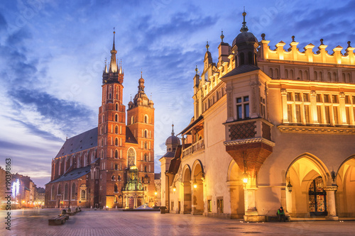 In de dag Krakau Cloth Hall and St Mary s Church at Main Market Square in Cracow, Poland