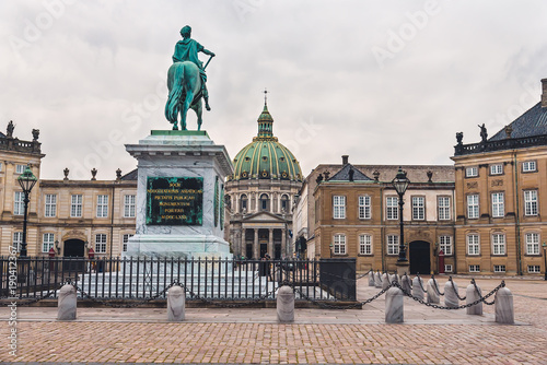 Staande foto Wenen Copenhagen, Denmark - September, 22th, 2015. King statue and Amalienborg palace. Home of Danish royal family consists of four classical palace facades around the octagonal yard.