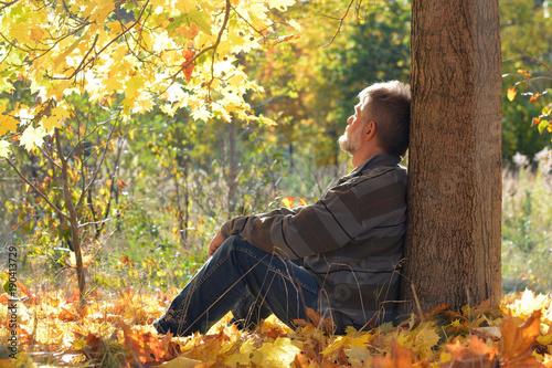 Rentner einsam unter einem Baum sitzend Wallpaper Mural