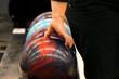 Frau häbt eine Bowlingkugel