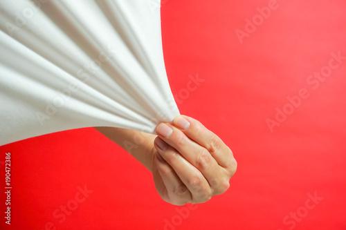 Valokuva  引っ張る、シャツを引っ張る、伸びる素地など 赤色背景