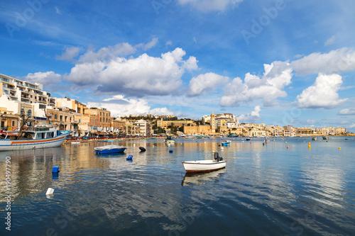 Plakat Łodzie i jachty w małym morzu na Malcie, w pobliżu Marsaskali.