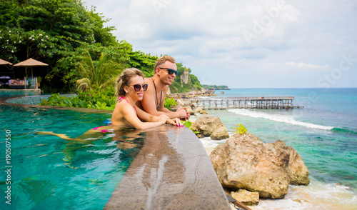 Fotografia  Couple relaxing in tropical swimming pool