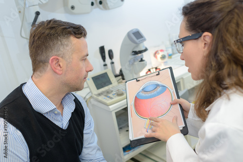 Fotografía man with glaucoma consulting ophtalmologist for examination