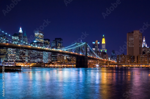 Foto auf Gartenposter Brooklyn Bridge Skyline at night of New York City and Brooklyn Bridge