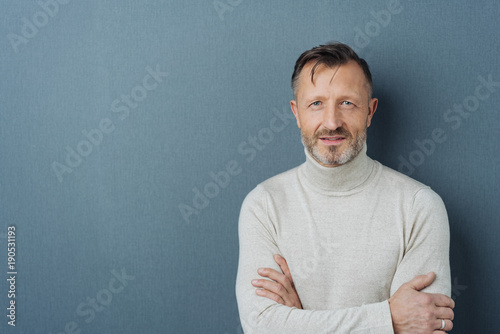 Photographie  Friendly man with folded arms and copy space