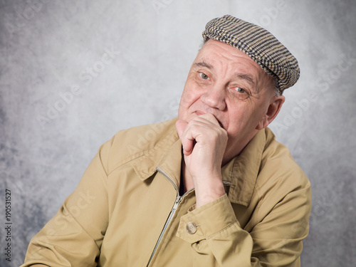 portrait vieil homme attentif sur fond gris Tablou Canvas