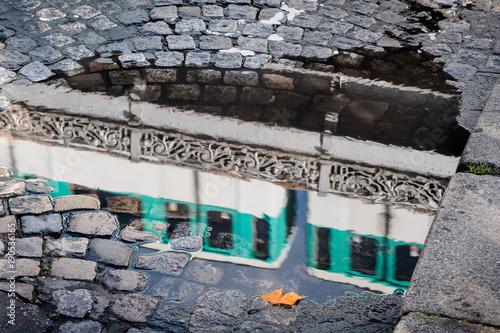 Paris métro transport pont rue pavé reflet pluie eau