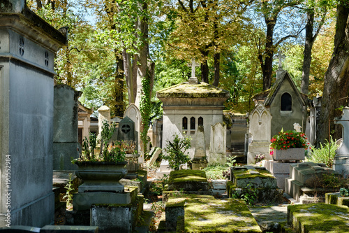 Montage in der Fensternische Friedhof Pere Lachaise cemetery in Paris