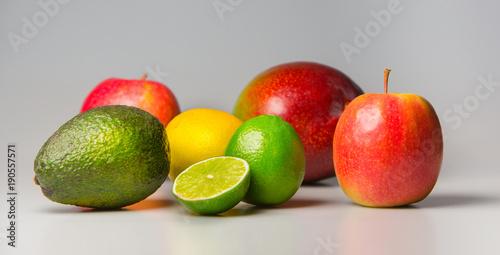 Frische Früchte (Apfel, Mango, Avocado, Zitrone, Limette) auf grauem Grund © Wonderful pictures