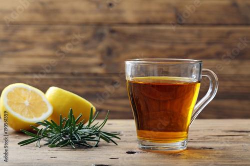 Photo  infuso di rosmarino e limone bicchiere di vetro su sfondo rustico