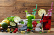acqua disintossicante con frutta sfondo quattro bicchieri con acqua e frutti di bosco