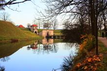 水面に移る橋とトンネ...