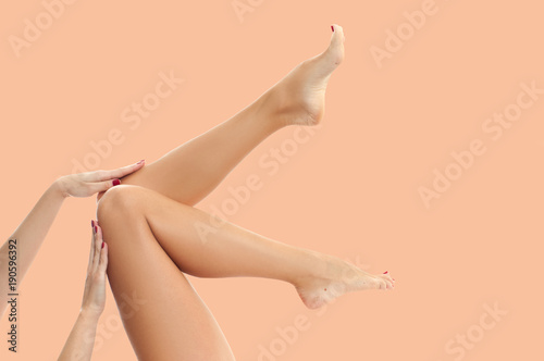 Woman's legs with smooth skin after depilation on pastel background Fototapete