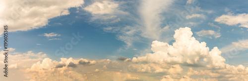 Fototapeta premium Fantastyczne panoramiczne białe chmury przeciw błękitne niebo