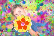 Junge Mit Bunten Farben Und Bl...