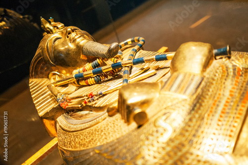 Photographie Original gold mask of the pharaoh in museum