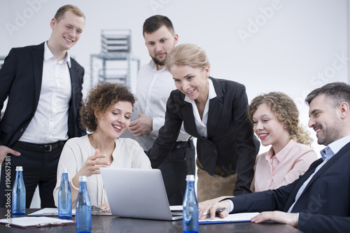 Obraz Smiling employees brainstorming - fototapety do salonu