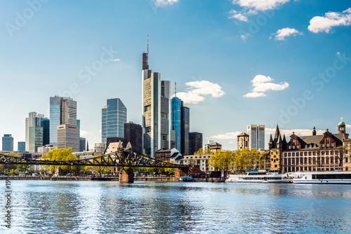 Printed kitchen splashbacks Australia Skyline von Frankfurt am Main im Frühling mit eisernem Steg, Deutschland, Europa