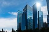 Nowoczesne niebieskie wieżowce w centrum dzielnicy. Tło krajobraz biznes. Miasto Singapur