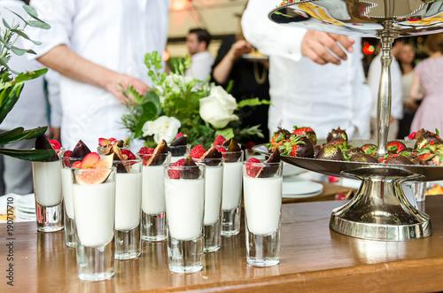 Fototapeta Deseru stół na imprezowym wydarzeniu lub ślubu świętowaniu