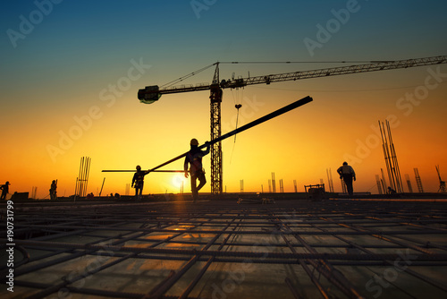Photo  Silhouette construction workers fabricating steel reinforcement bar at the const
