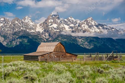 Cuadros en Lienzo Old barn in Grand Teton Mountains
