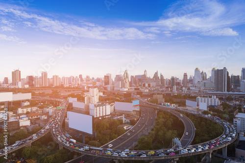 Zdjęcie XXL Ruchu drogowego dżem nad autostrady skrzyżowaniem z miasto biznesową w centrum linią horyzontu, pejzażu miejskiego tło