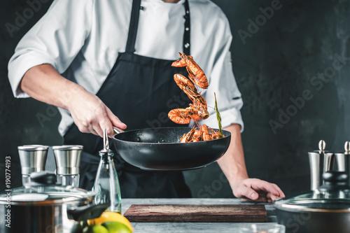 Frische Tiger Garnelen (Chef Koch in der Küche).