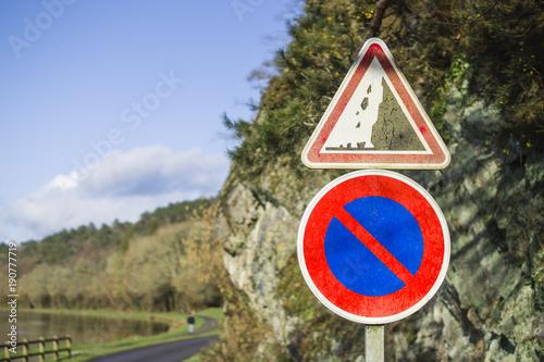 Fotografía  Panneau de signalisation de risque de chutes de pierres et stationnement interdi