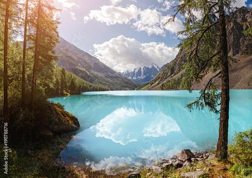 krajobraz-z-incredible-blue-shavla-lake-w-gorach-altaju