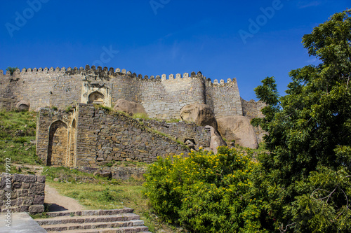 Photo  Trees and Staircase in front of Golconda Fort in Hyderabad, India