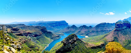 Crédence de cuisine en verre imprimé Bleu View of the highveld and the Blyde River Dam in the Blyde River Canyon Reserve, along the Panorama Route in Mpumalanga Province of South Africa