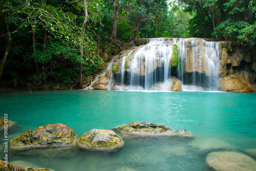 Montage in der Fensternische Wasserfalle Erawan waterfall in Thailand National Park