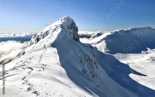 Cuadros en Lienzo Footsteps lead along the narrow summit ridge of Mt