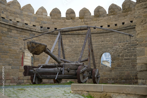 Leinwand Poster Ancient catapult on a city tower, Baku