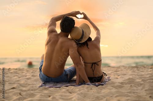Fotografia  Asian couple enjoy the sunset