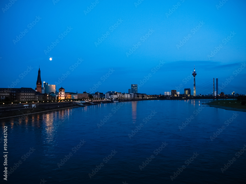 Fototapeta Night view of the city of Duesseldorf