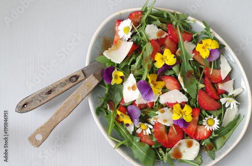 Erdbeer-Rucola-Salat mit marinierten Erdbeeren, Rucola, Parmesan und Essblüten (Hornveilchen und Gänseblümchen)