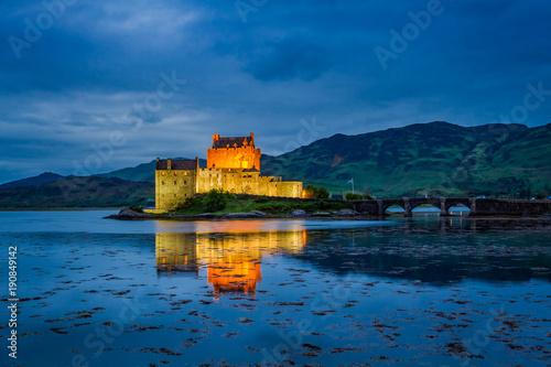 Foto op Plexiglas Kasteel Dusk over loch at illuminated Eilean Donan Castle, Scotland