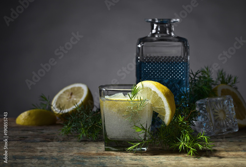 Láminas  Cocktail with blue gin , tonic and lemon .
