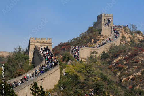 Keuken foto achterwand Chinese Muur Crowd tourists visit Badaling Great Wall in autumn, Beijing