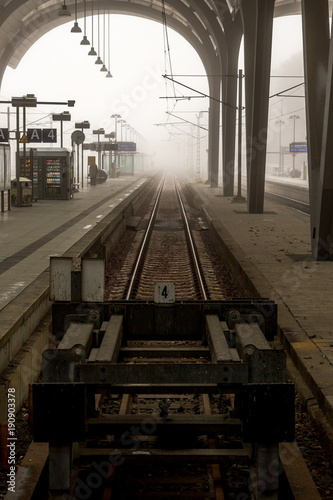 Poster Treinstation Bahnhof in Kiel an einem nebligen Tag