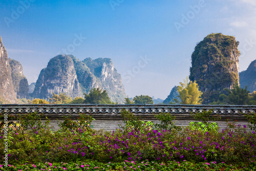 In de dag Guilin Karst hills in Yangshuo, southern China mountain landscape.