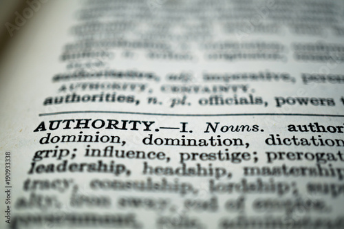 Foto closeup of the word authority in the dictionary