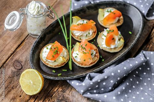 Recess Fitting Appetizer blinis saumon fumés et crème ciboulette