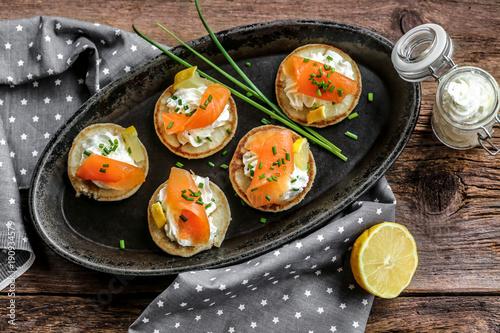 Door stickers Appetizer blinis saumon fumés et crème ciboulette