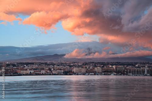 Plakat wspaniały widok na Etnę z portu w Katanii podczas zachodu słońca