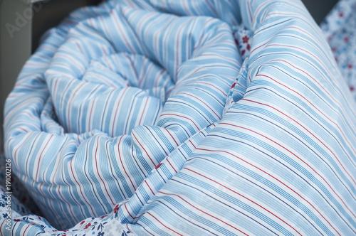 Obraz na plátně détail parure de lit avec housse de couette en vitrine