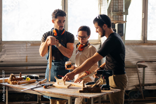 Fotografía  Group of students in woodwork training course